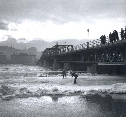 Jégrobbantás a Kossuth hídnál
