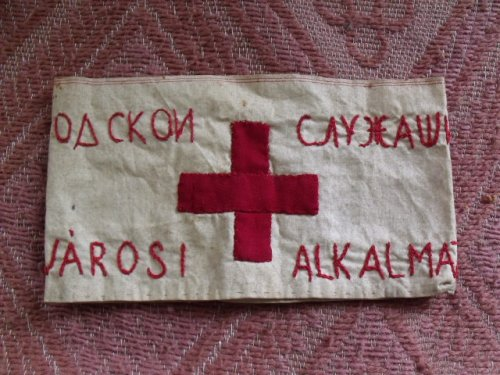 Vöröskeresztes karszalag