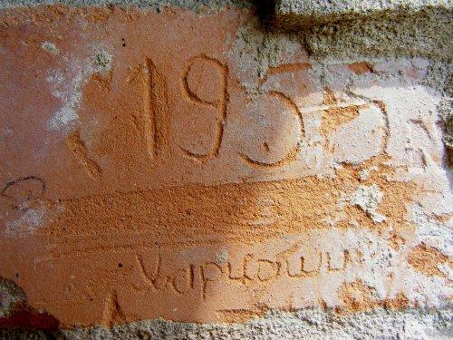 Cirillbetűs felirat a volt laktanyagarázson