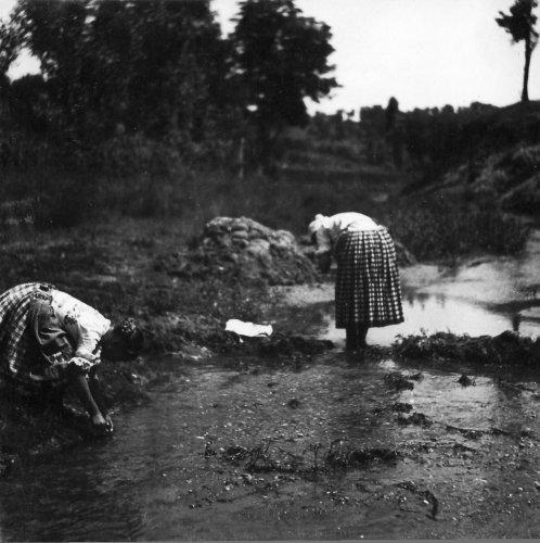 Letkés - mosás a patakban