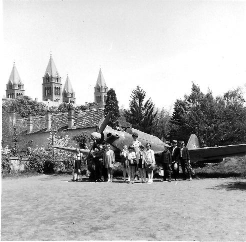 Repülőgép a régi pécsi úttörőház udvarán