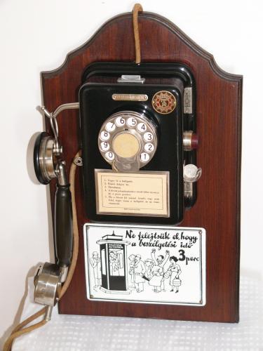 Egynyomógombos Ericsson pénzbeszedő telefon humoros zománctáblával