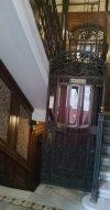 rács-ajtós liftkabin teljes felvonó a lépcsőházban,4 szintig