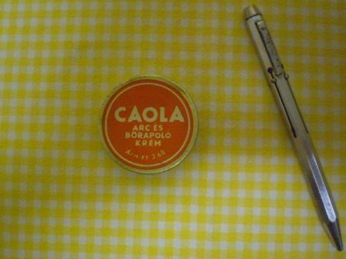 Caola és négy színű toll