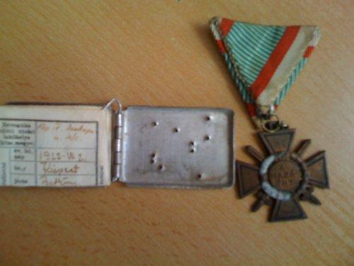 Második világháborús dögcédula és kitüntetés