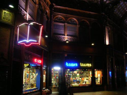 Párisi udvar könyvesbolt neon