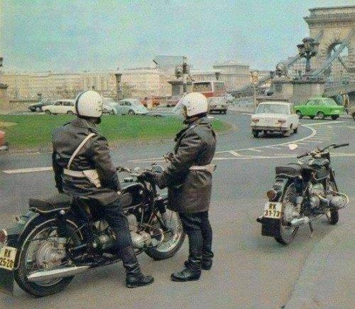 Rendőr motorosok.