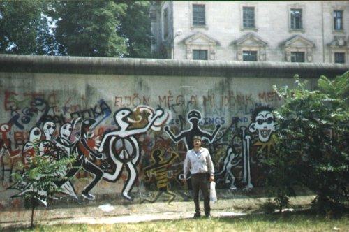 Berlini fal Magyar felíratal a nyugati oldalon