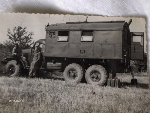 Híradós katonai teherautó