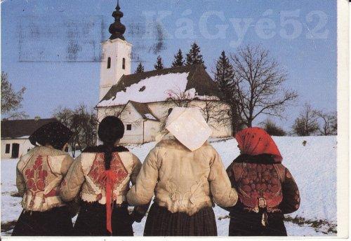 Ködmönös lányok képeslap