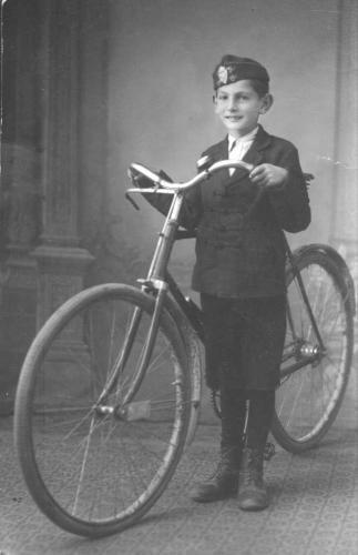 Fiú kerékpárral