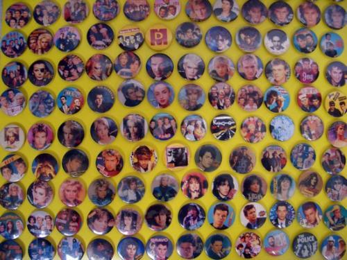 Popzenei kitűzők a '80-as évekből (ömlesztve)